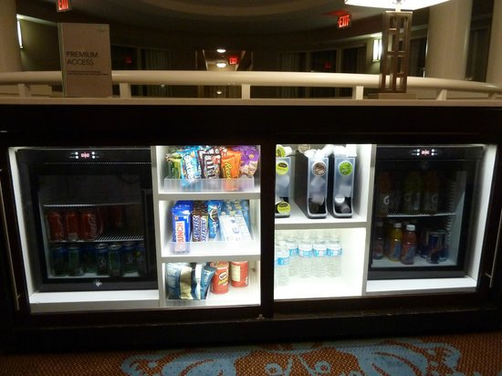 Embassy Suites by Hilton Alexandria-Old Town : Premium floor snack station