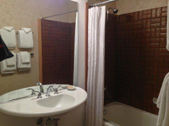 Timber Cove Inn: Bathroom Room 205