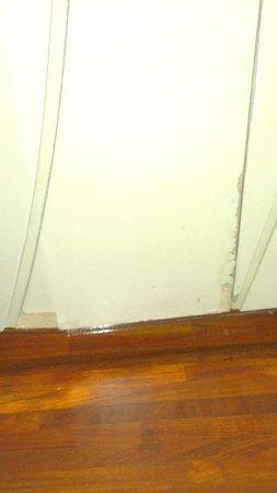 Hotel Baraquda Pattaya - MGallery by Sofitel: Wall in the room needs repair