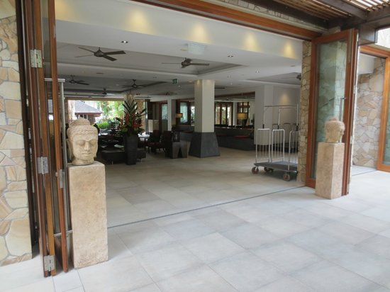 Pullman Palm Cove Sea Temple Resort & Spa: Reception Foyer