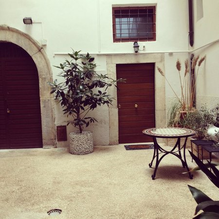 B&B Il Marchese del Grillo: Courtyard, our room