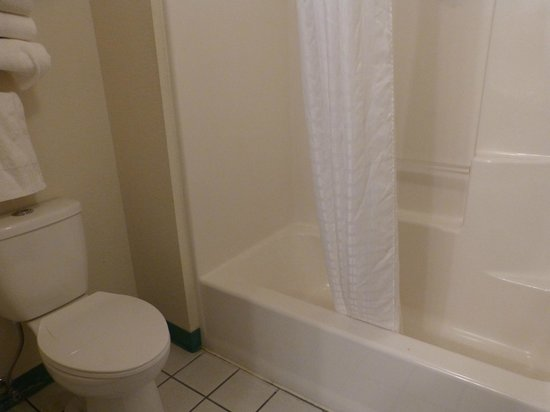 Howard Johnson West Fargo : Bathroom of room 221