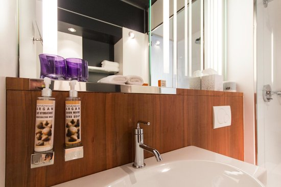 Alt Hotel - Toronto Airport : Bathroom