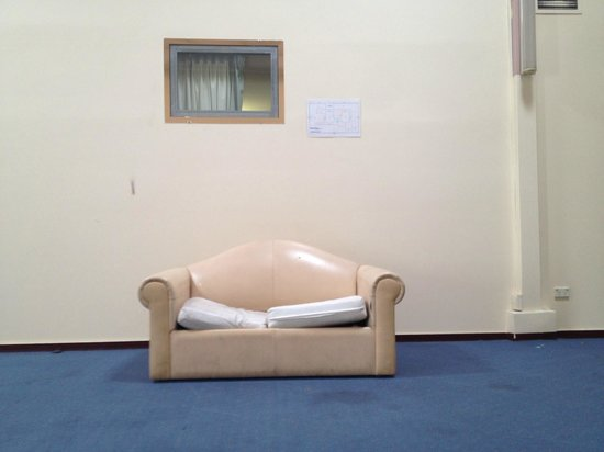 Parkview Hotel Sydney : This couch was in what was the cleanest communal space we could find in the hotel.