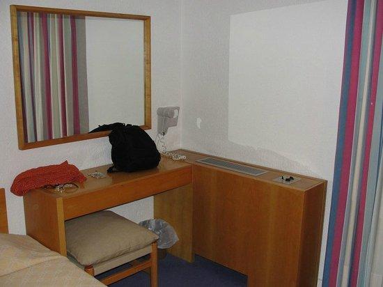 Amalia Hotel Olympia: Mueble del aire acondicionado y escritorio