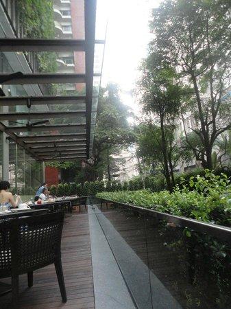 Hansar Bangkok Hotel: 朝食時のテラス