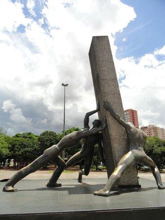 Monument to the 3 Races: As três raças.