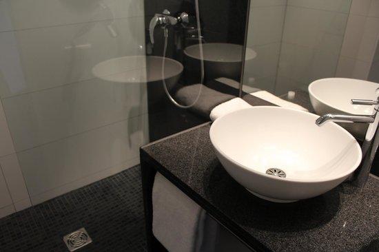 Motel One Hamburg Airport: Ванная комната