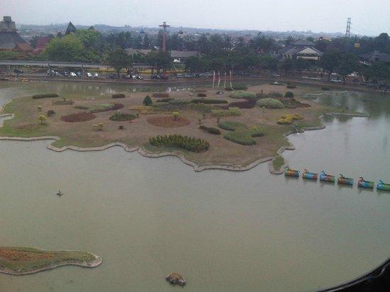 Taman Mini Indonesia Indah: Pemandangan dari atas kereta gantung