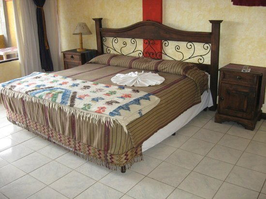 Hotel Tiosh Abaj: King size bed
