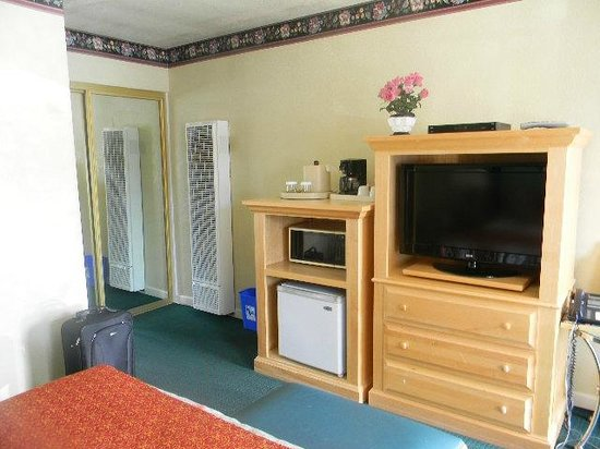 The Wilkie's Inn - Clarion Collection: Room 106 closet, flatscreen TV, microwave, refrigerator