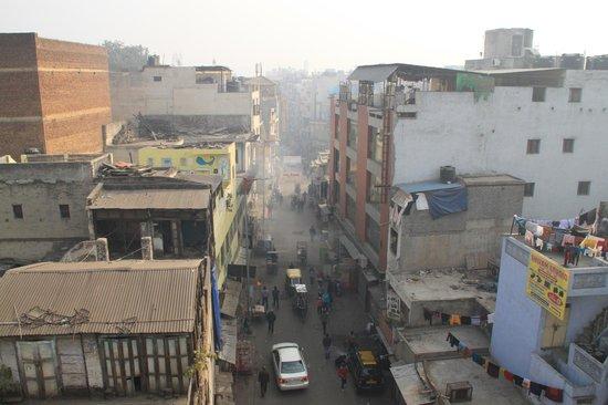 Vivek Hotel: Вид на улицу с крыши отеля