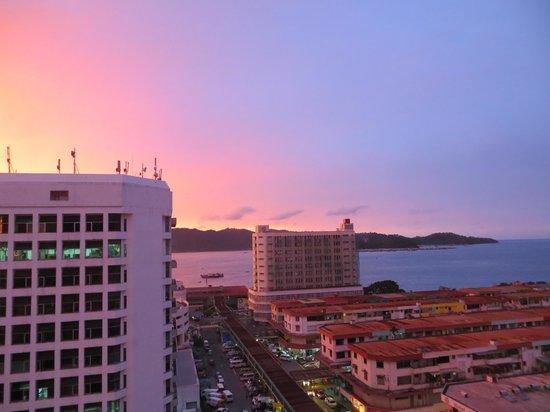 Horizon Hotel: Sunset view looking towards Gaya Island (from room 1127)
