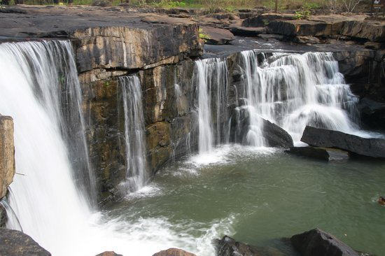 Chaiyaphum, Thailandia: Low-flow over Tat Thon Waterfall in the dry season