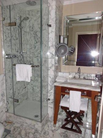 St. Pancras Renaissance Hotel London: Beautiful, but small bath