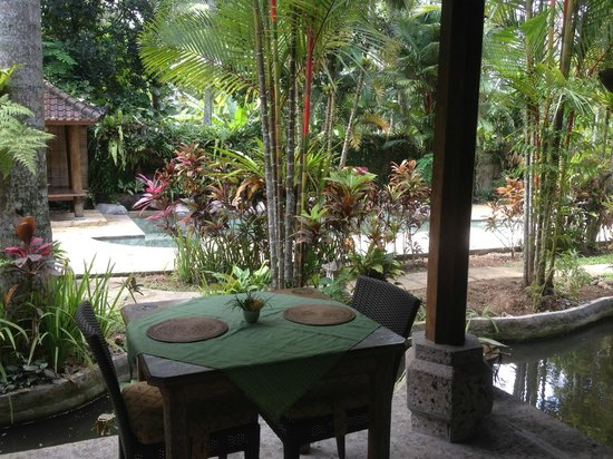 Taman Rahasia Tropical Sanctuary & Spa: dinning room over looking an empty pool