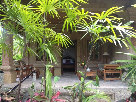Taman Rahasia Tropical Sanctuary & Spa: nice seating area but dated room