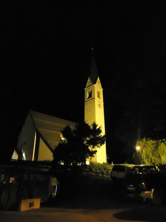 Aldranser Hof: Church near hotel