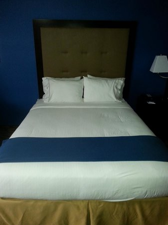 Holiday Inn Express Port Hueneme: Comfy bed #2