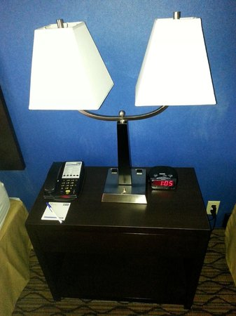 Holiday Inn Express Port Hueneme: Night table