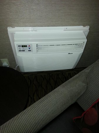 Holiday Inn Express Port Hueneme : AC unit which kept the room cool like we wanted it