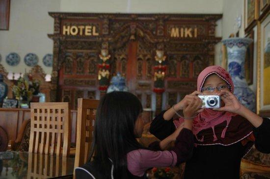 Hotel Miki: Ambil Foto di Lobby