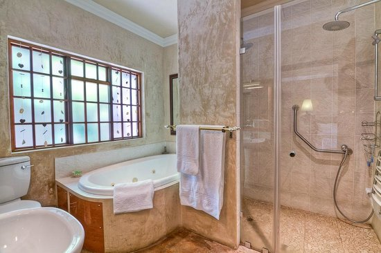Hands On Retreat Craighall: Guest Room Bathroom