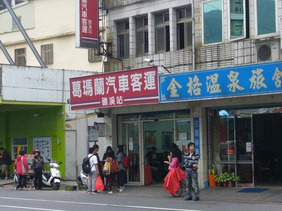 Jiaosi Hot Spring: 葛瑪蘭客運の礁渓駅です