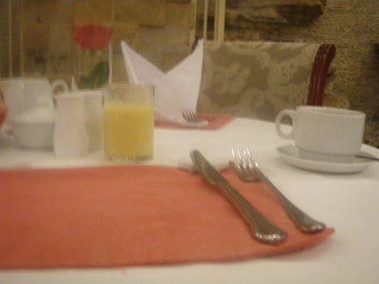 Hanoi City Palace Hotel: Breakfast table settings