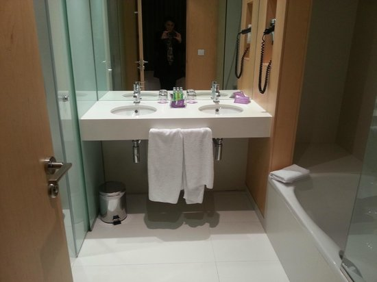 Ayre Hotel Oviedo: Baño de la habitación