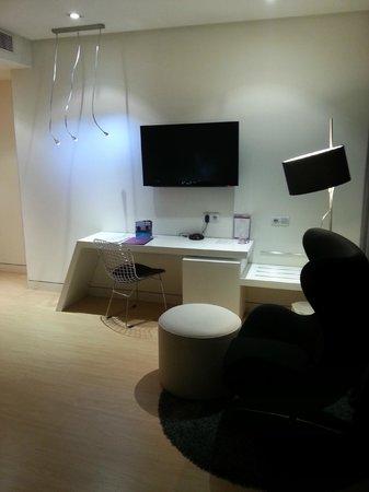 Ayre Hotel Oviedo: Zona Telvisión, minibar de la habitación