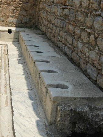 Efes Antik Kenti Tiyatrosu : 公衆トイレ。排水もバッチリ。今は使えませんが(笑)