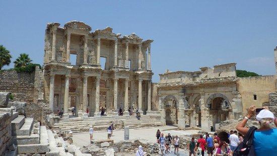 Efes Antik Kenti Tiyatrosu : 図書館です。その壮大さに感動。
