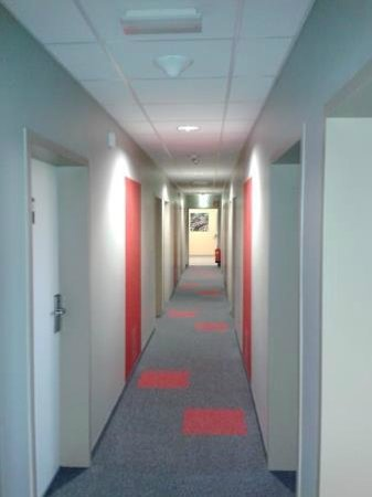 ibis Vienna Airport: Corridor to the rooms..