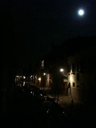 Casa Rezzonico: Moon over Canal S Barnaba outside hotel