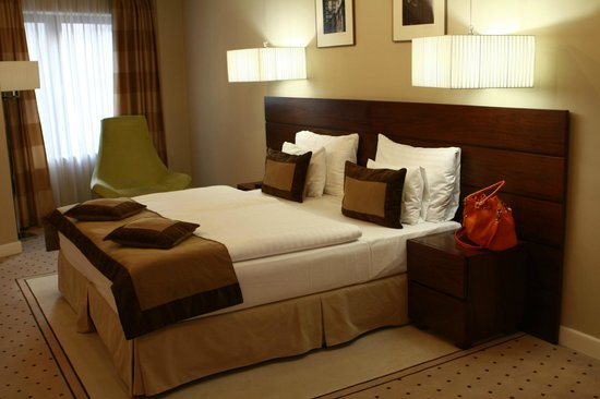 Capital Plaza: Large king-size bed