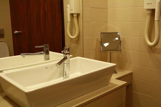 Capital Plaza: Bathroom