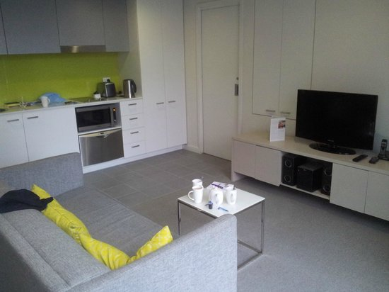 Citadines on Bourke Melbourne: Kitchenette and living area
