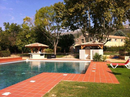 Mercure Aix en Provence Ste Victoire: La piscine et l'hôtel en arrière plan