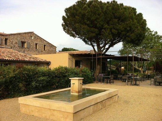 Mercure Aix en Provence Ste Victoire: Vue extérieure de l'hôtel et de sa terrasse depuis les jardins