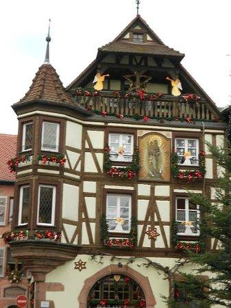 Village de Kaysersberg : Façade de Noël
