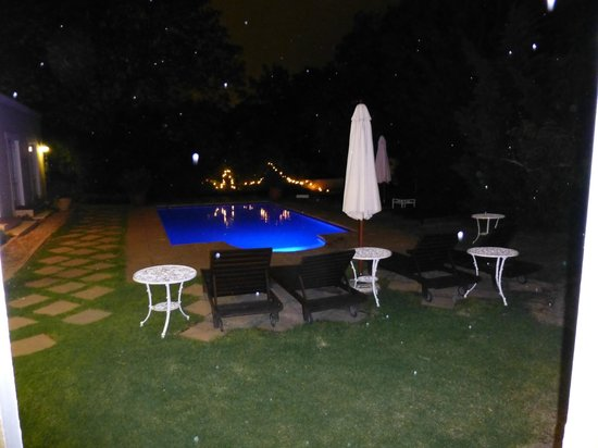 River Manor Boutique Hotel: Pool at night