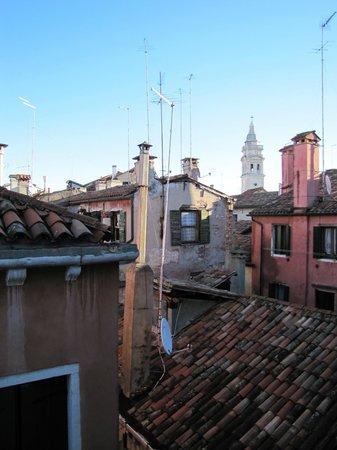 Hotel da Bruno : Vue de la chambre sur les toits de Venise