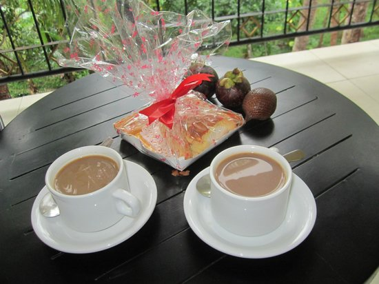 Champlung Sari Hotel : Free gift - delicious bread and cake!
