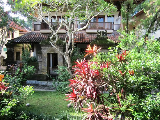 Champlung Sari Hotel: Lovely gardens and Balinese architeture