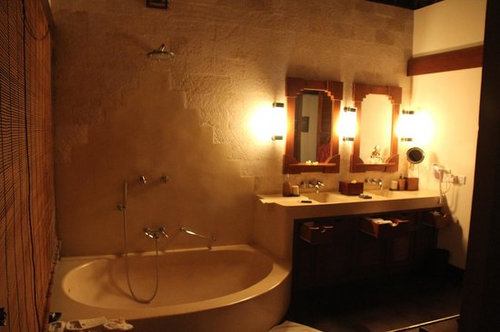 Hanging Gardens of Bali: Bathroom