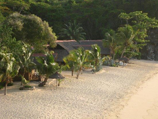 Antoremba - Lodge: vue sur les lodges et la plage