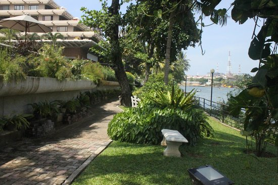 Cinnamon Lakeside Colombo : A Walkway behind the Hotel near lake