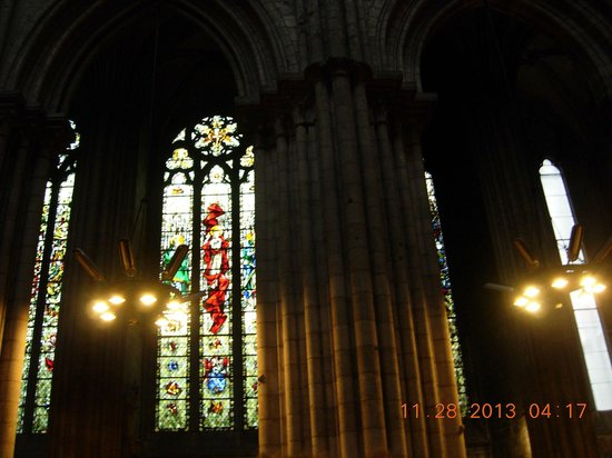 Cathedrale Notre-Dame de Rouen: Juxtaposition of beautiful stain glass to regular windows of those lost to war