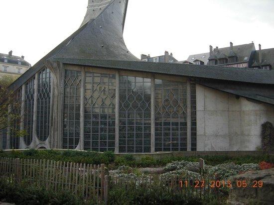 Église Sainte-Jeanne-d'Arc : Built in the '70's